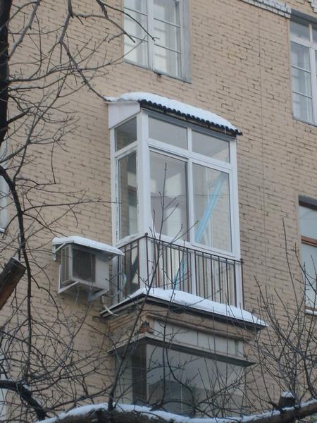 остекление балконов с установкой крыши